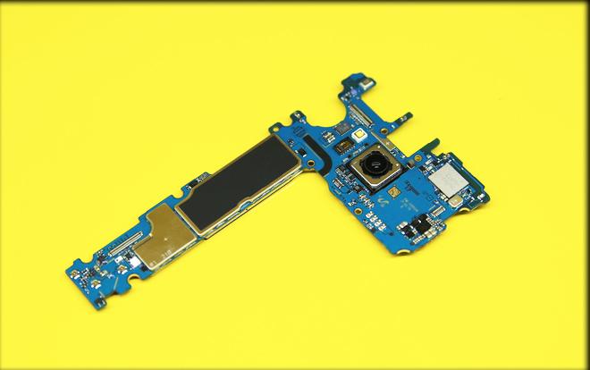 Bảng mạch Galaxy S8 gồm bộ nhớ 64Gb, Ram 4Gb, cảm biến đo nhịp tim, đèn flash và cụm camera sau